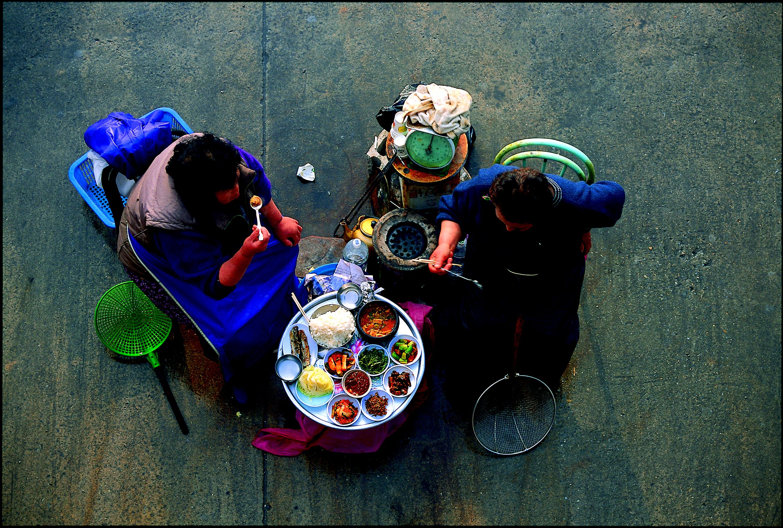 시장 아주머니들의 평범한 식사 모습
