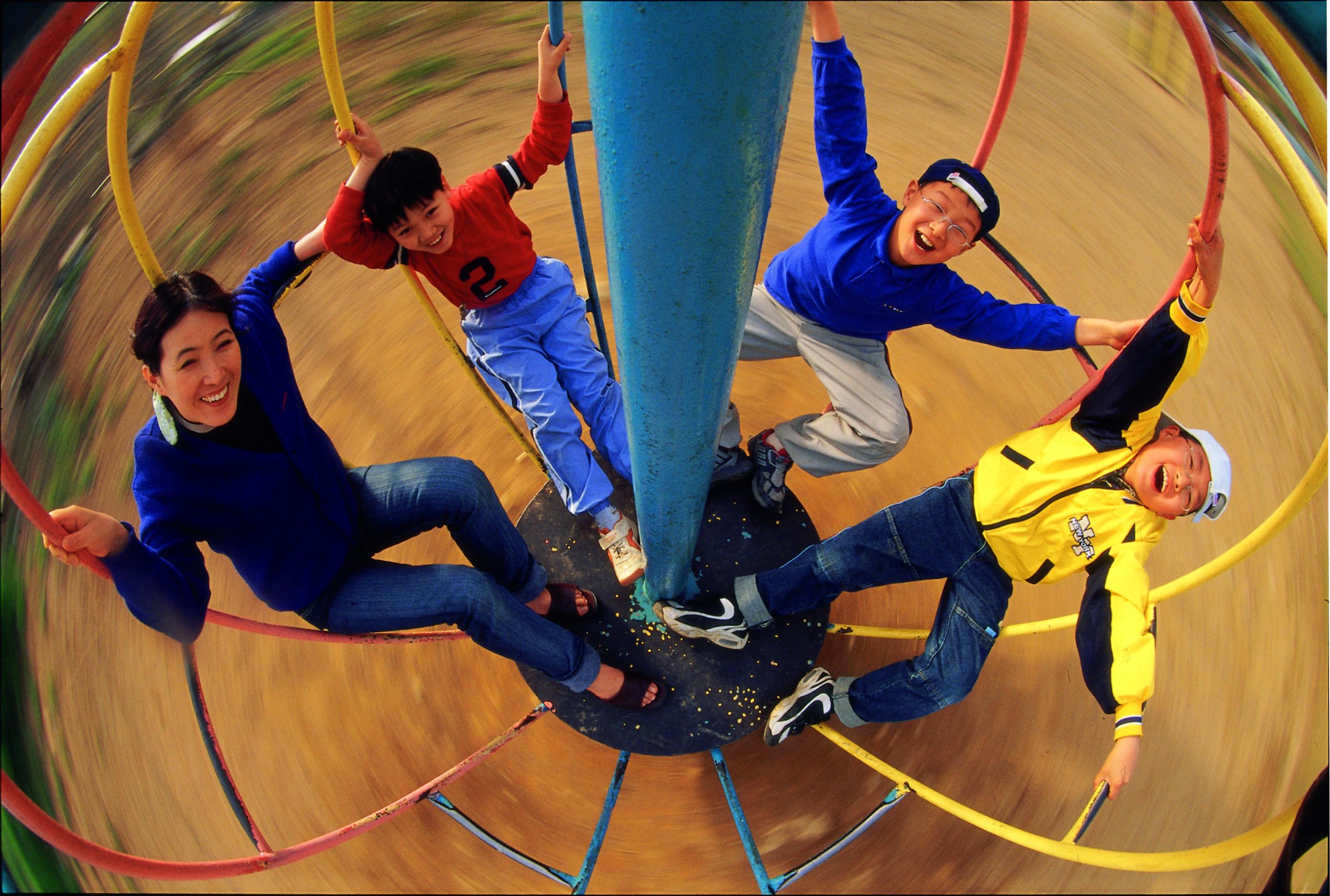 철로 만든 놀이기구를 타는 어른과 아이들의 모습