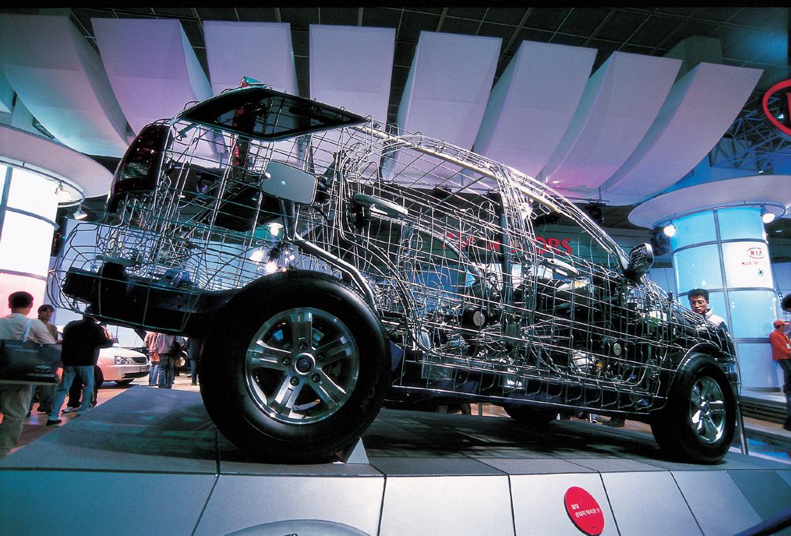 철로 만들어진 철자동차가 전시 된 모습