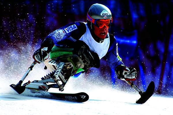 패럴림픽(국제 신체장애인 체육대회)의 좌식 스키의 생생한 모습