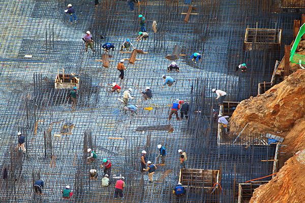 건설현장에서 철근 작업을 하는 많은 사람들의 모습