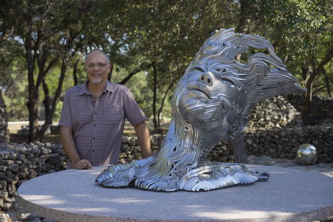 조각가 Gil Bruvel와 그의 철 예술작품