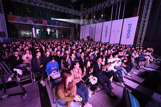 관객들은 유명 가수들과 음악으로 소통하며 '2018 평창동계올림픽' 성공기원 행사에 뜨겁게 호응했다.