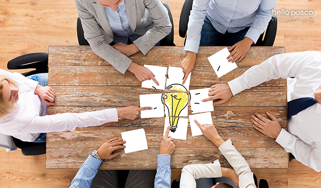 아이디어 회의모습 6명이 앉아서 종이를 들고 손을 뻗었는데 전구가 보인다. hello.posco blog.posco.com