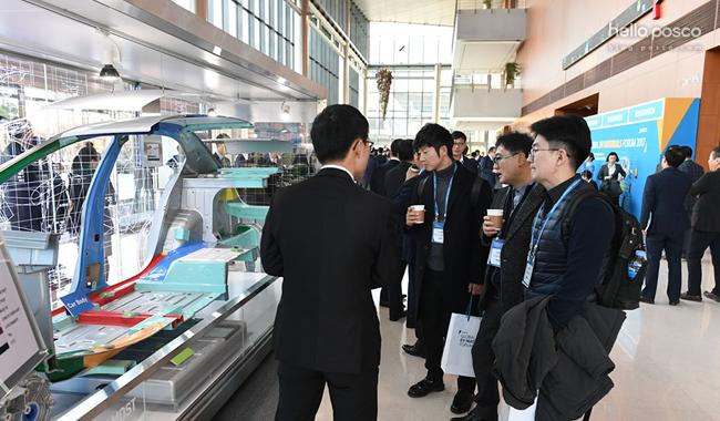 포스코그룹의 전기차 역량을 집대성한 전기자동차 콘셉트 모델(PBC-EV)을 살펴보고 있는 관람객