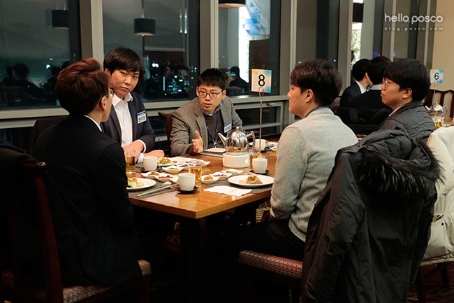 식사시간동안 동기,선배들과 대화를 나누는 신입사원들의 모습