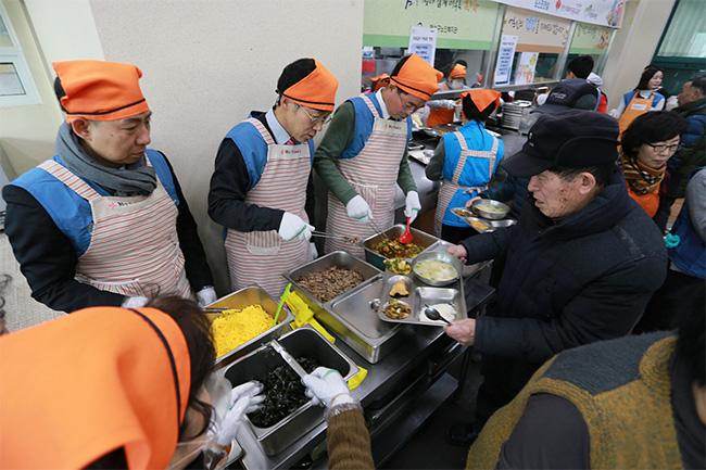 포스코건설 임직원들이 2월 13일 인천 연수구 노인복지관에서 지역 어르신들에게 떡국을 대접하는 모습