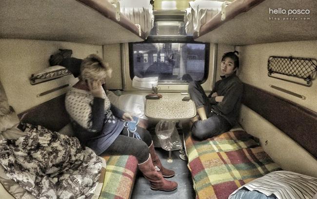 7일간의 시베리아 횡단열차에서 앉아있는 모습
