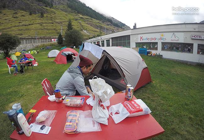 스위스 발레주에 위치한 체르마트(Zermatt)에서 캠핑하는 모습