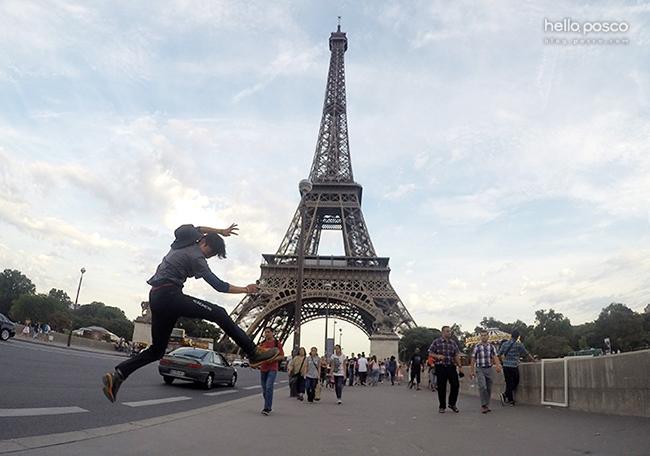 에펠탑 앞에서 점프하고있는 광양 김한솔 신입사원의 모습