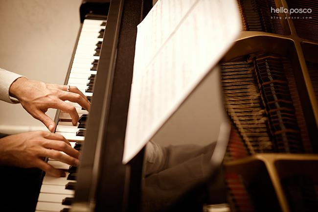 피아노를 치는 손