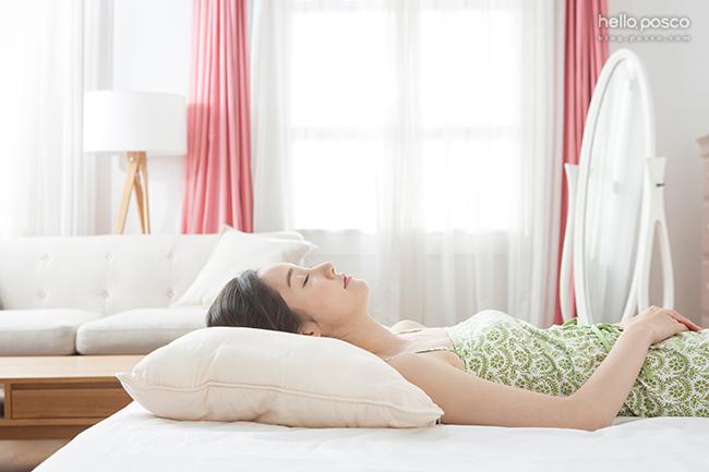 침대에서 자고있는 모습 (측면)