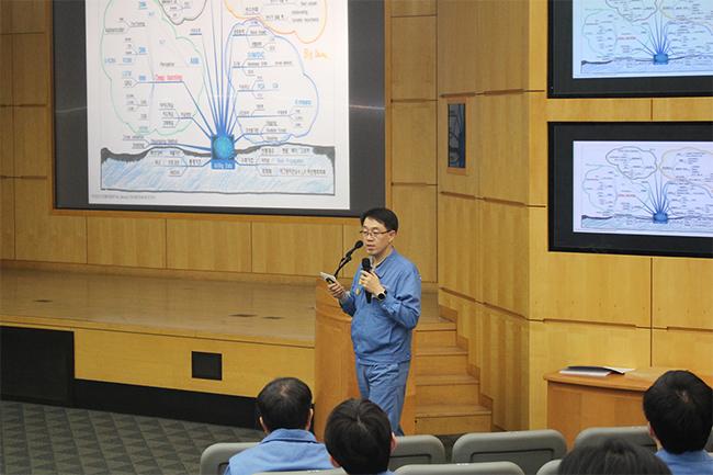 서명교 SmartFactory TF팀장이 엔지니어들에게 빅데이터 분석기술 개발 현황에 대해 강의하는 모습