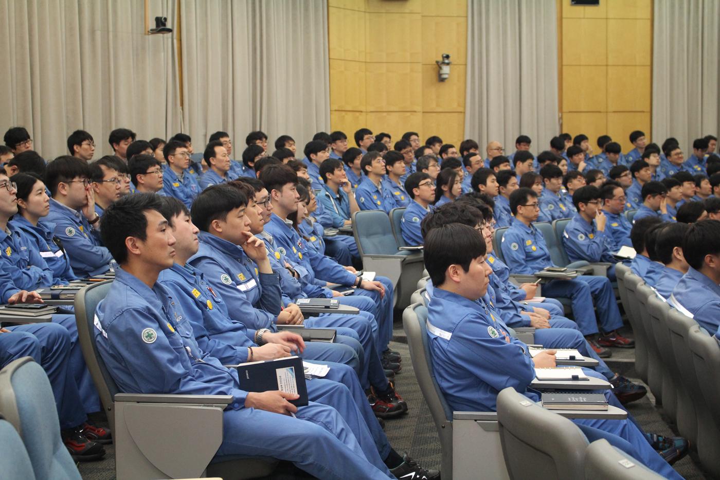 포항제철소 엔지니어들이 동료 직원의 발표를 경청하는 모습.