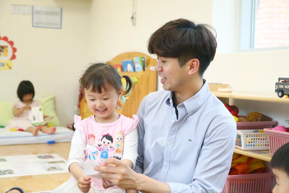 남동우 포항 포스코어린이집 교사가 아이와 놀이시간을 갖고 있다.