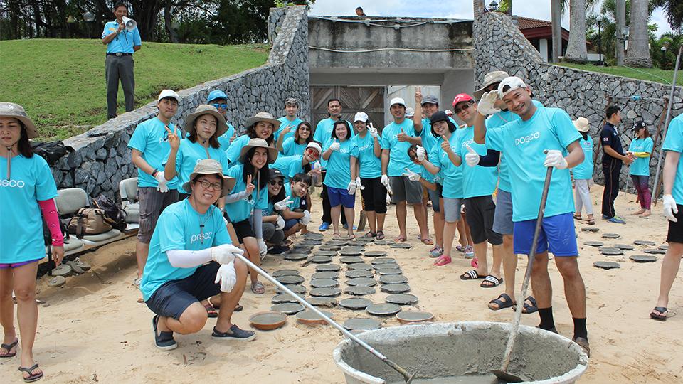 글로벌 볼런티어 위크 맞아 실시한 태국산호초 살리기 봉사활동 모습