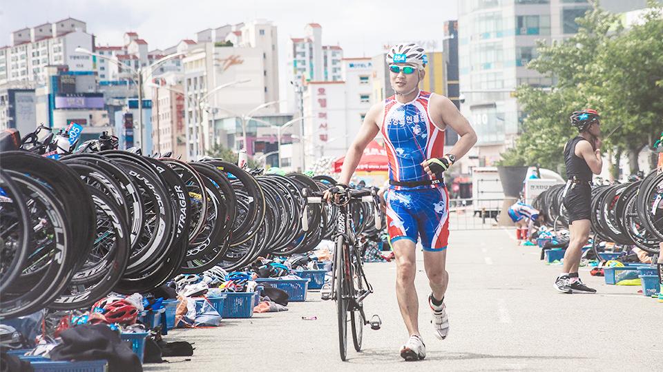 경기 중 사이클 탈 준비를 하는 이정훈 리더의 모습.