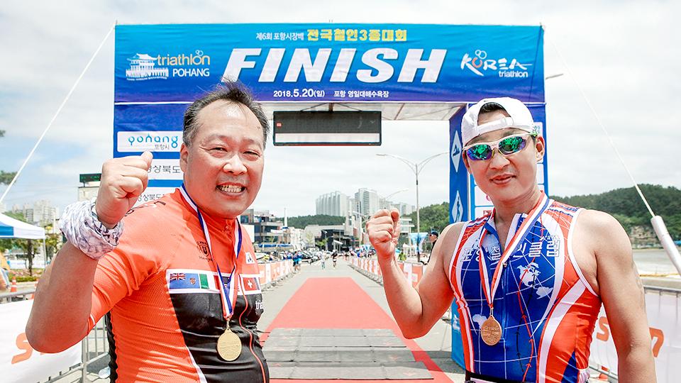 결승지점에서 화이팅을 외치는 장창성 리더와 이정훈 리더의 모습