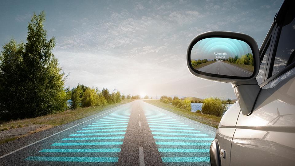 자동차가 도로를 달리고 있는 모습. 사이드미러에 Automatic Driving System이라고 적혀있다.