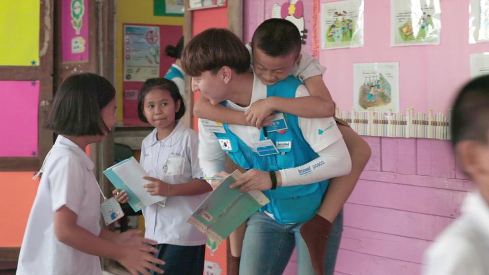 류광남(KAIST 건설및환경공학과) 비욘드 11기 봉사 참여 모습. 류광남 봉사자가 남자 아이를 등에 엎은 채 두 여자아이와 웃으며 이야기 나누고 있다.