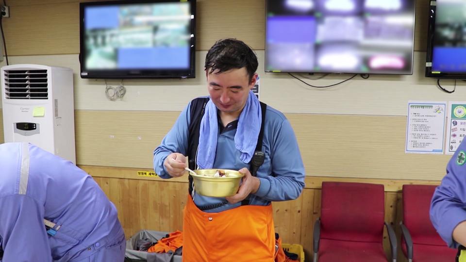 제철소의 대표적인 고열작업장으로 손꼽히는 고로공장에서 근무하는 광양 제선부 직원들은 10년째 '팥빙수 데이'를 가지고 있다. 한 직원이 팥빙수를 먹으며 더위를 식히고 있다.