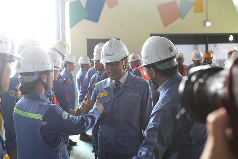 정우 포스코 회장이 취임식을 마친 후 포항제철소 제 2고로를 방문해 직원들을 격려하고 있다.