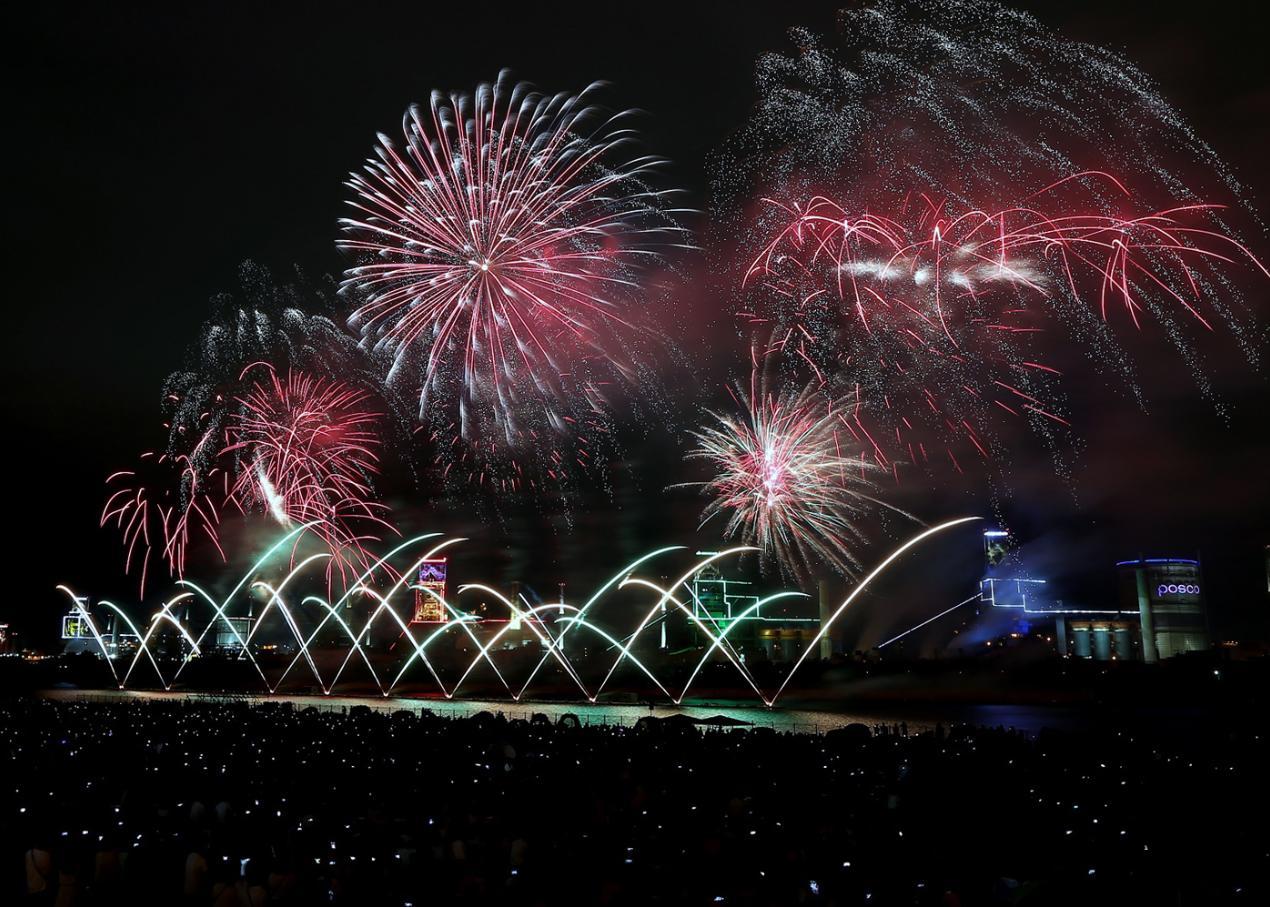 지난해 열린 제14회 포항국제불빛축제 메인행사인 '국제불꽃쇼' 모습. 포항제철소 야간 경관조명을 배경으로 오색찬란한 불꽃쇼가 포항 밤하늘을 환하게 밝히고 있다.