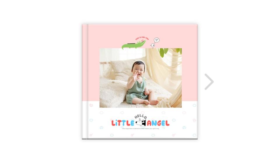 아비즈 '퍼블로그'의 포토북 만들기 예시 LITTLE HELLO ANGEL 유아가 활짝 웃고 있는 모습의 앞표지.
