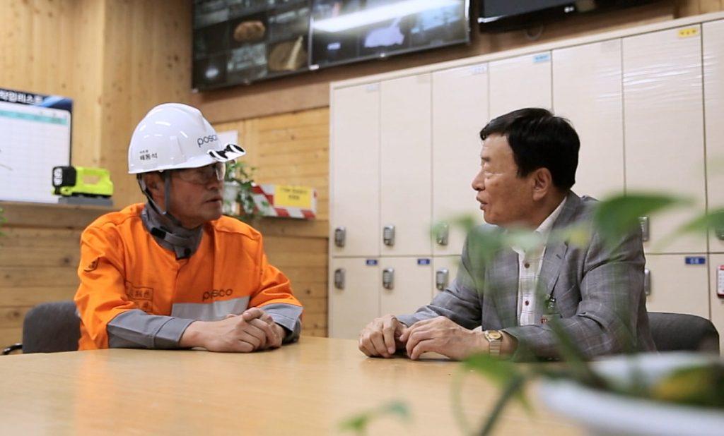 배동석 명장이 김일학 기성과  대화하는 모습