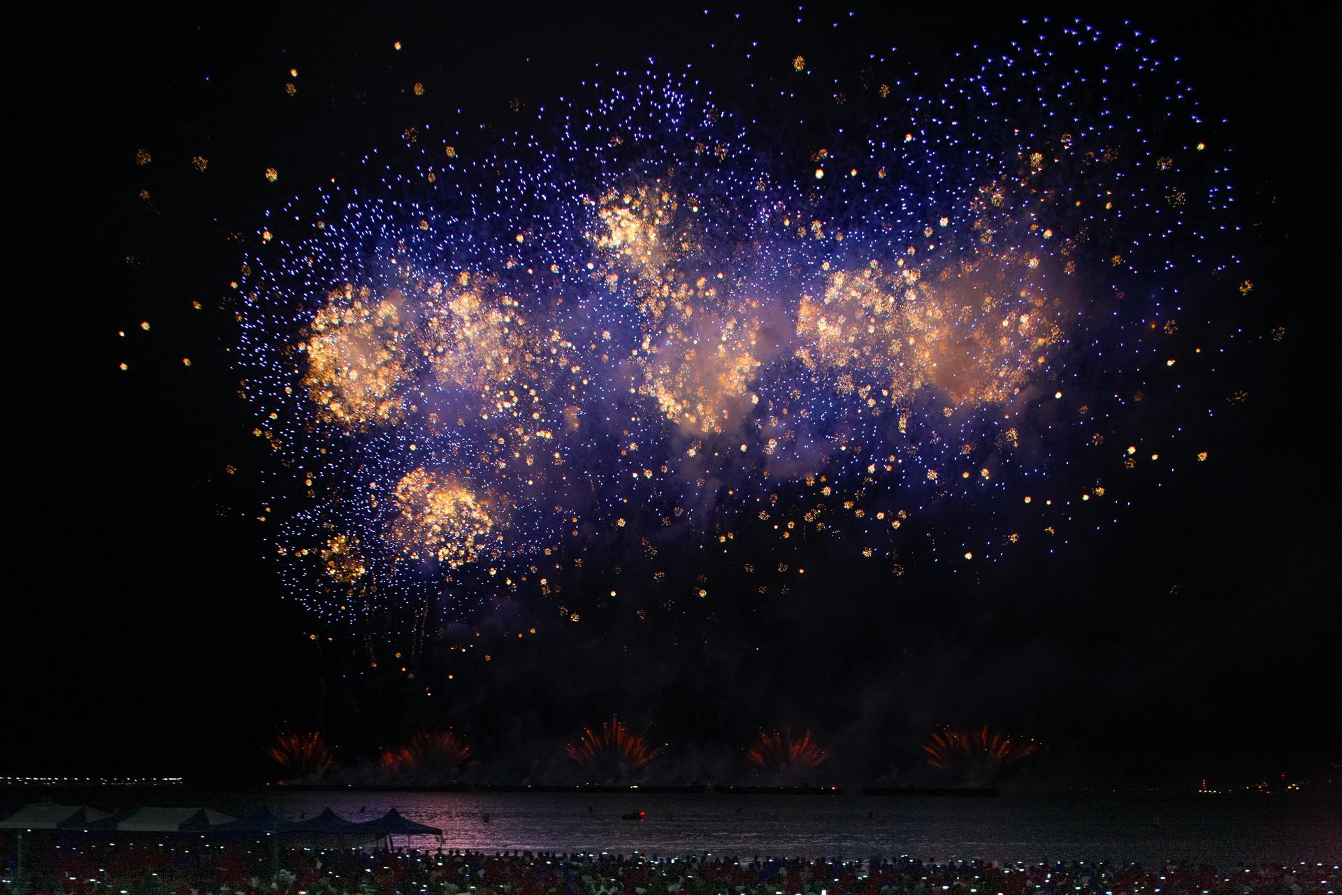 불꽃쇼 영국쥬빌레2 밤하늘에 원 모양의 불꽃이 다양한 크기의 점 모양으로 흩어지는 모습