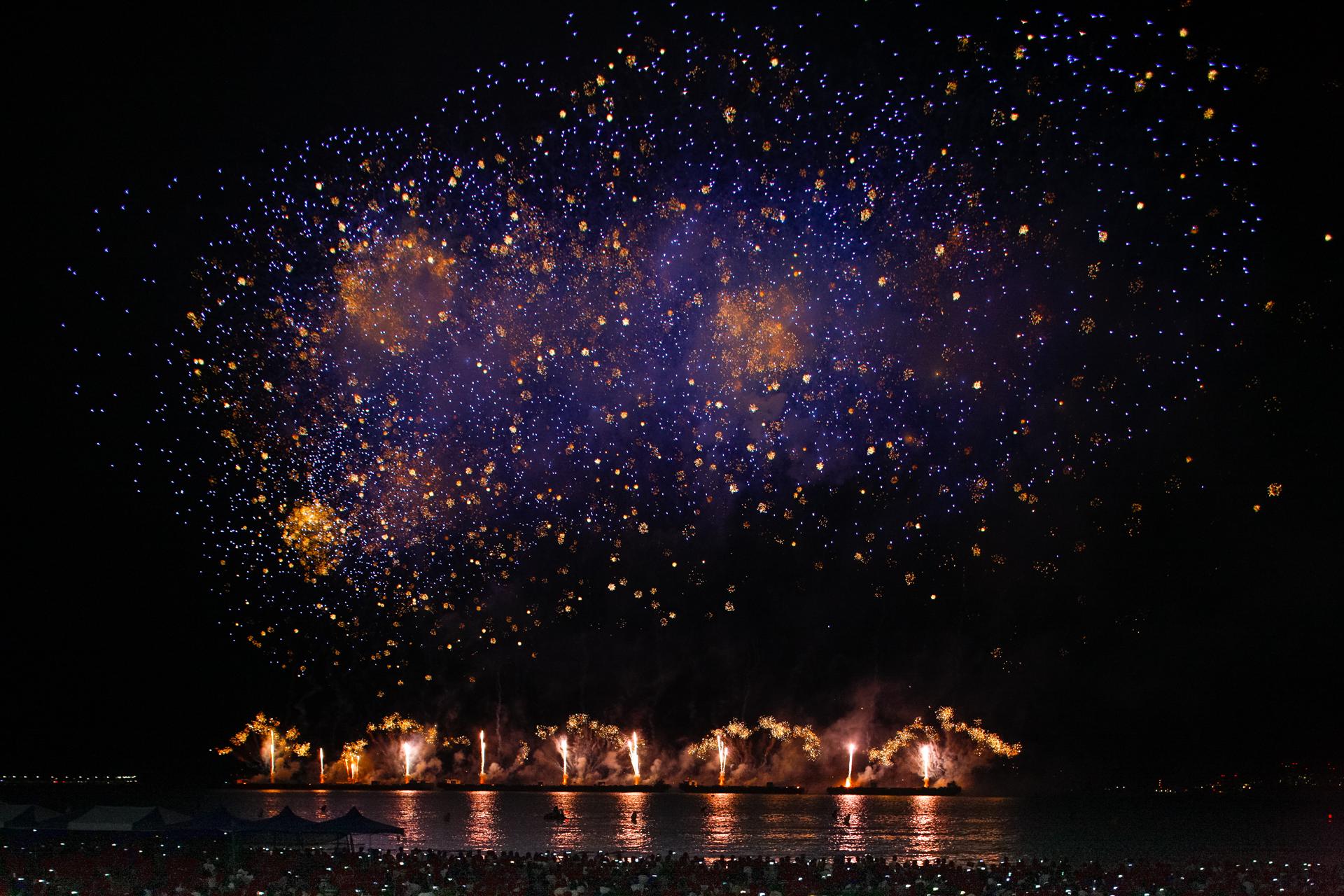 불꽃쇼 영국쥬빌레1 밤하늘에 원 모양의 불꽃이 다양한 크기의 점 모양으로 흩어지는 모습