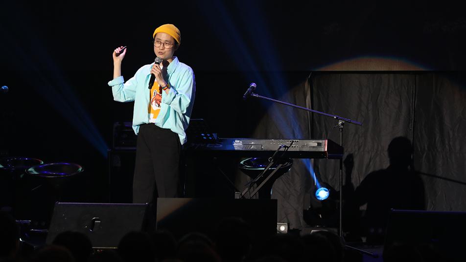 하상욱 시인이 마이크를 잡고 객석의 청춘들에게 이야기하고 있다.