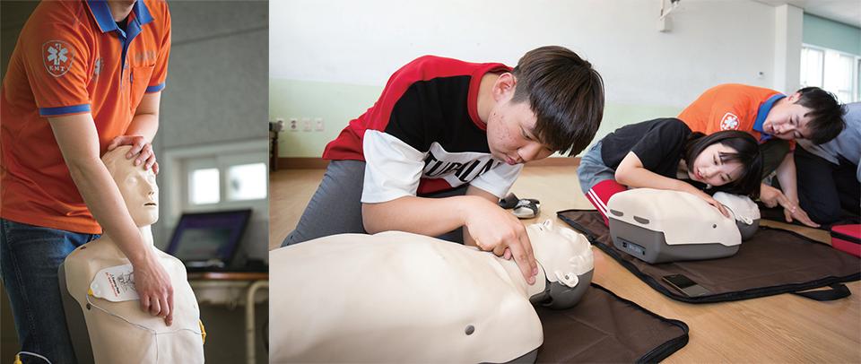 (좌)골든타임봉사자가 앉힌 인체 모형으로 환자 의식을 확인하는 연습을 하고 있다.  (우)눕힌 인체모형으로 환자의 의식과 호흡을 살피는 연습을 하고 있다.