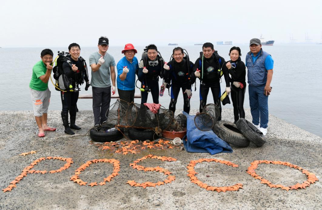 광양 클린오션봉사단원들이 봉사활동 이후 기념사진을 촬영하고 있는 모습