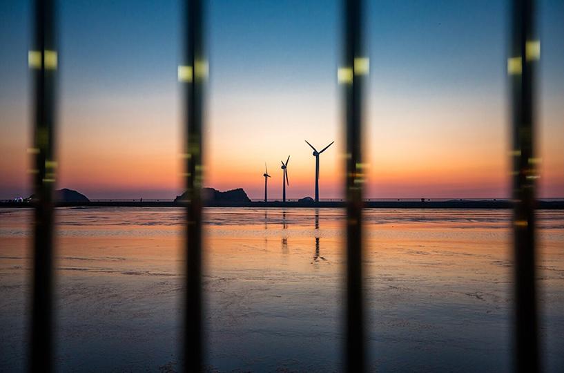 이용규 작품 사진. 멀리 보이는 풍력발전기 세 대와 해가 지는 순간이 담긴 풍경.