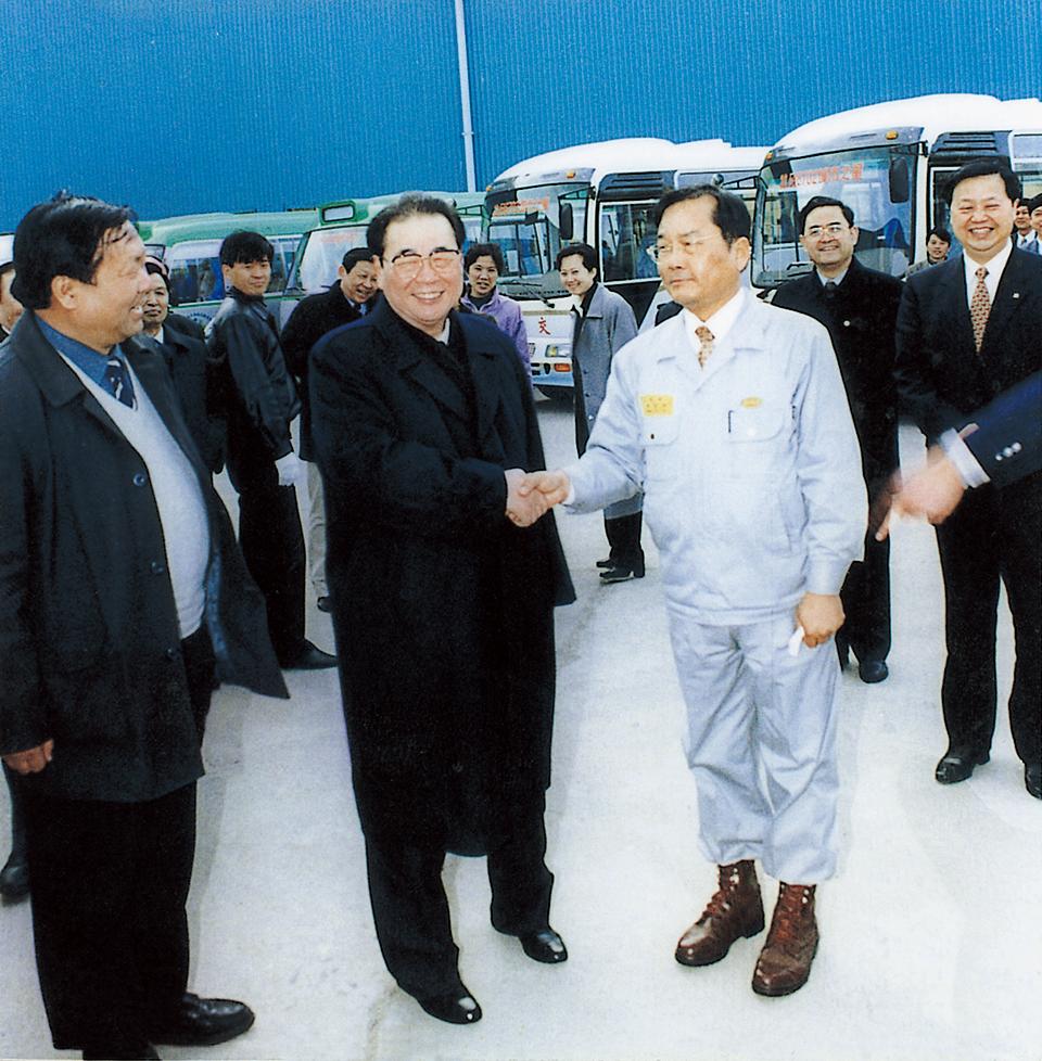 중국의 이붕(李鵬) 전 총리(가운데) 일행이 장가항포항불수강을 방문해 제품 생산현장을 둘러보고 품질 수준 및 시장 판매 현황 등에 깊은 관심을 보였다