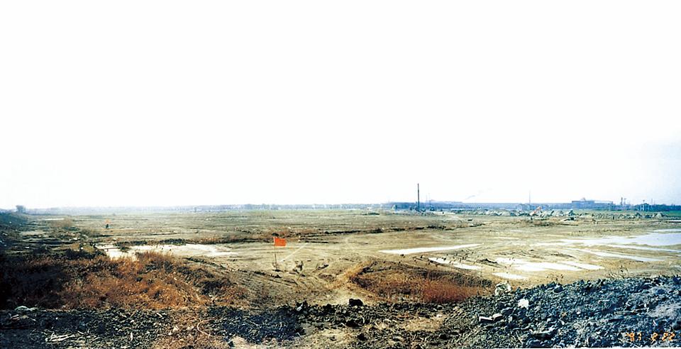 1997년 2월 당시의 장가항포항불수강 부지.공장이 들어설 부지는 불모지나 다름없는 황량한 벌판이었다.