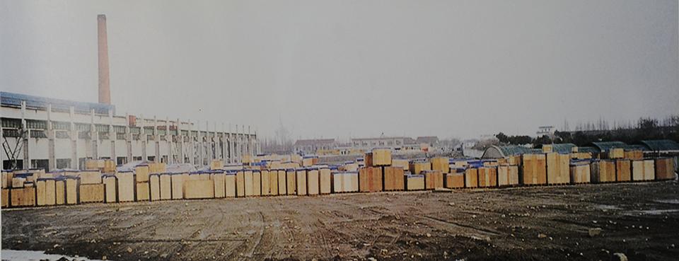 장가항 프로젝트가 취소 위기에 놓인 가운데 포스코건설이 발주한 설비들이 장가항의 임시 야적장을 가득 메운 모습