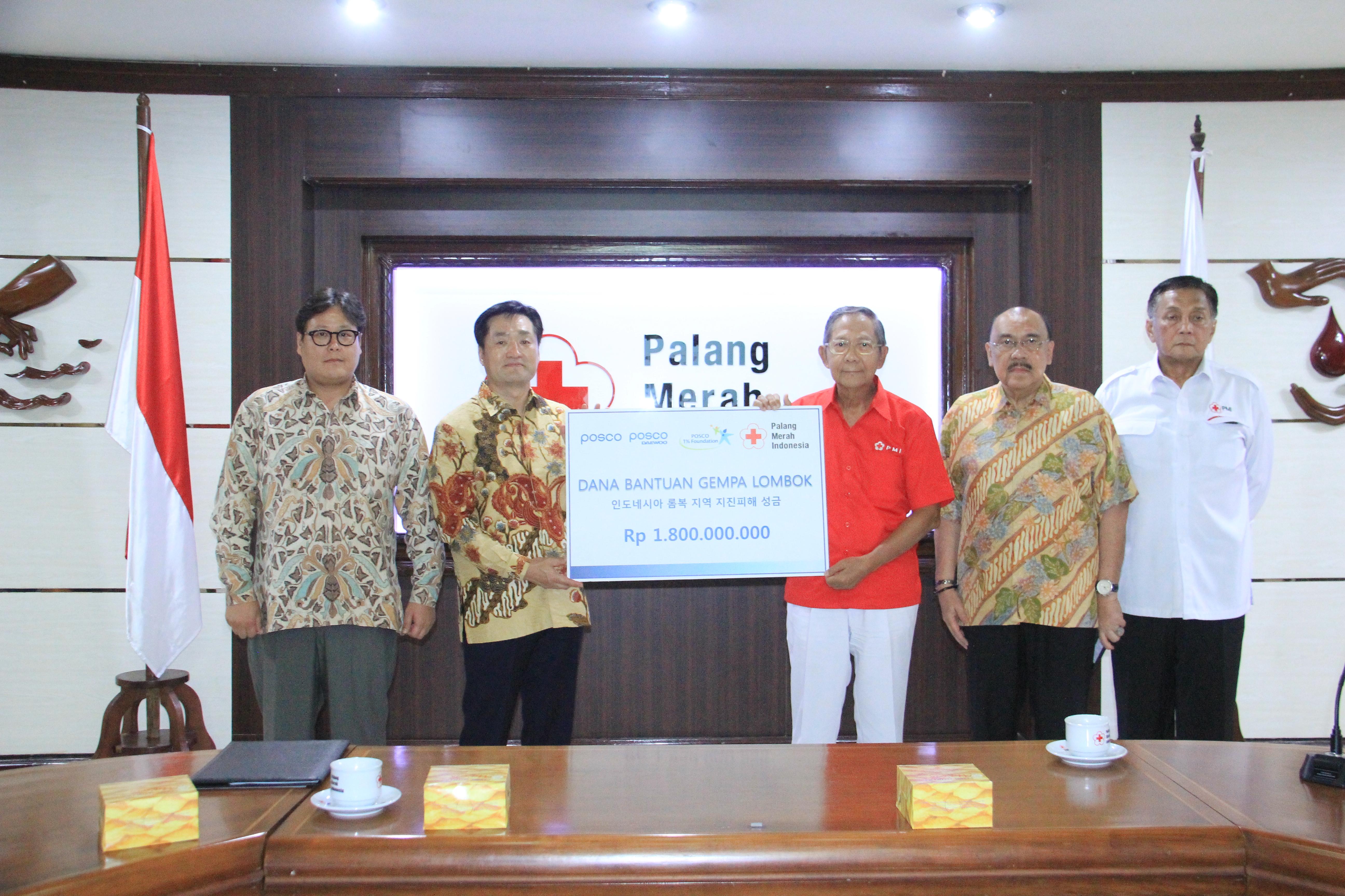 김지용 포스코 인도네시아 대표법인장(사진 중앙에서 왼쪽)이 기난자르 카르타사스미타 인도네시아 적십자 총재대행(사진 중앙에서 오른쪽)에게 지진 피해 성금 18억 루피아(약 1억 4천만원)를 전달하고 있는 모습
