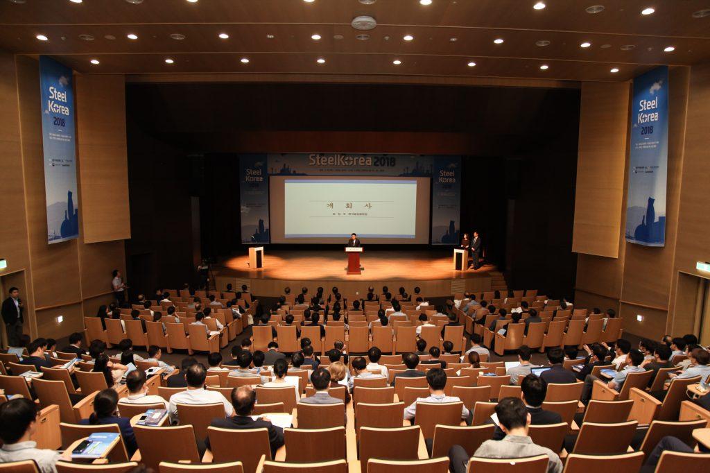 최정우 한국철강협회 회장이 SteelKorea 2018 행사 개회사를 하고 있는 모습