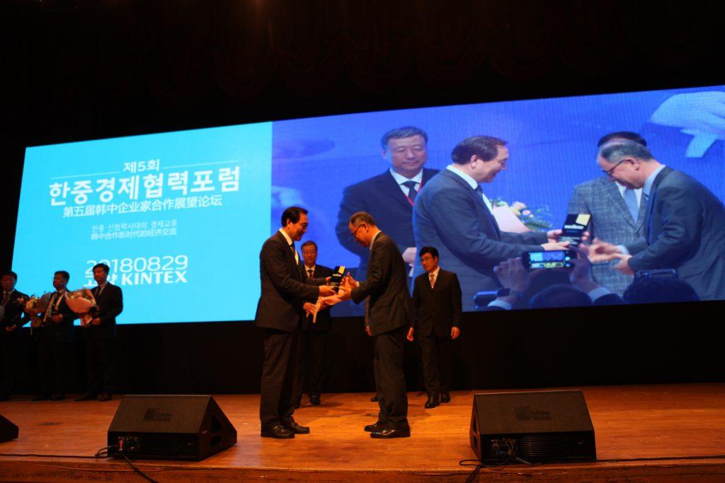 포스코 전기전자마케팅실 송용삼 상무(오른쪽)가 한중경제협력대상을 수상하고 있는 모습
