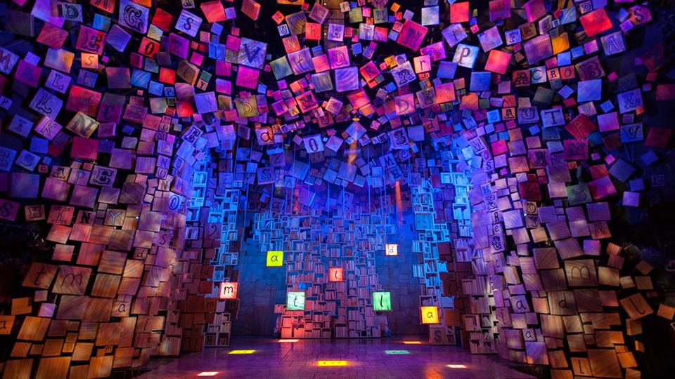 뮤지컬 마틸다 공연장. 양 벽면과 천장이 수많은 알파벳 조형물과 책으로 뒤덮여 있다.