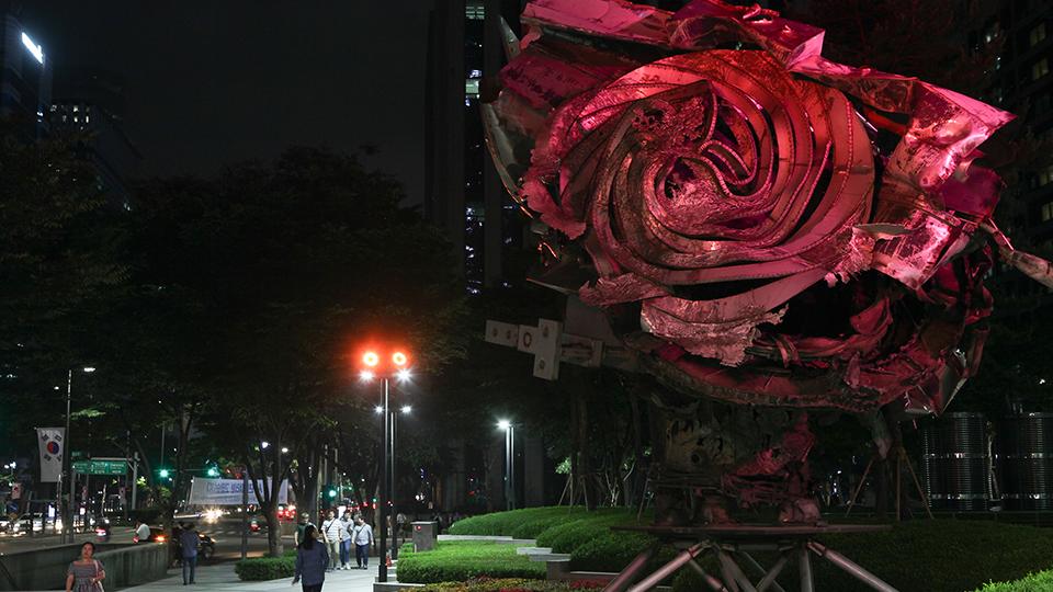 포스코 미술품. 테헤란로 쪽 입구에 있는 프랭크 스텔라의 '아마벨(꽃이 피는 구조물)'