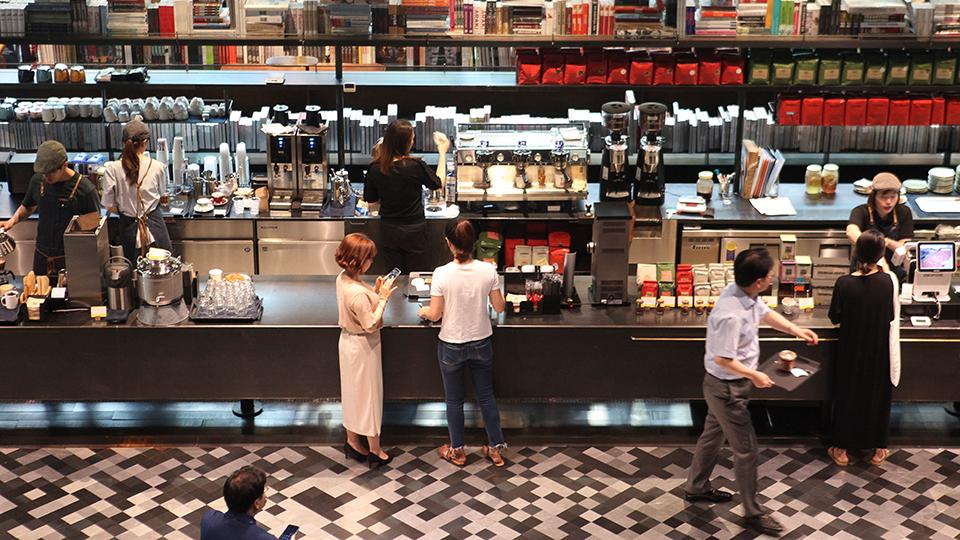 포스코센터 내 카페 '테라로사'. 사람들이 음료를 주문하고 있다.