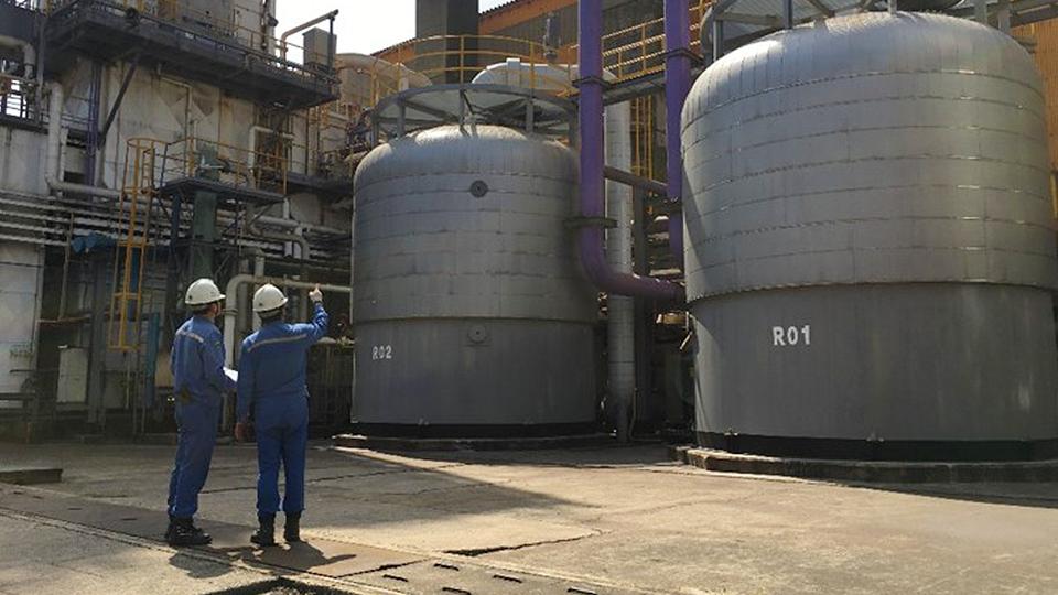 만보중공업과 포스코 직원들이 국산화에 성공한 산소공장의 '흡착기' 설비를 점검하고 있는 모습