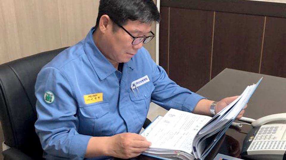 만보중공업 서형철 이사가 흡착기 설비 관련 문서를 살펴보고 있다.