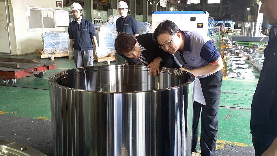 한스코와 포스코 직원들이 국산화에 성공한 고강도 메탈베어링의 완제품을 살펴보고 있다.
