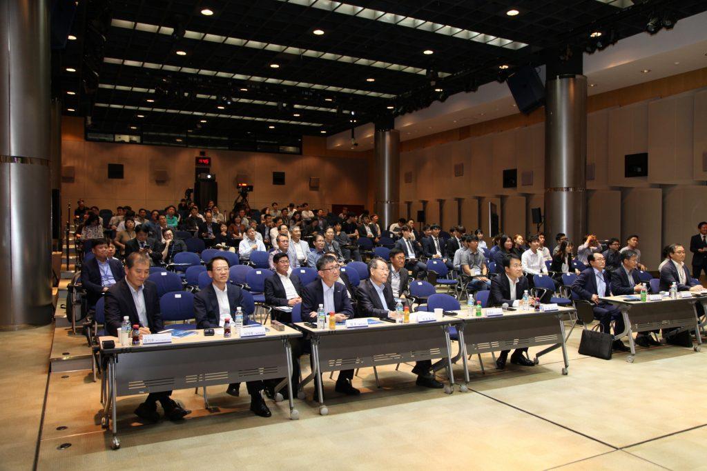 포스코 AI 경진대회의 참석자들이 연구 결과 발표를 경청하고 있다.