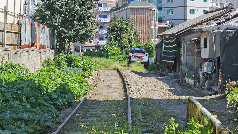 주택가와 근접해 있는 항동철길의 모습.