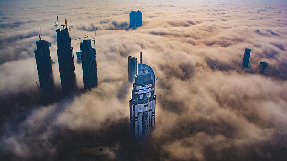 스카이스크래퍼(Skyscraper), 즉 고층 건물이 구름을 넘어 뻗어 있는 모습.